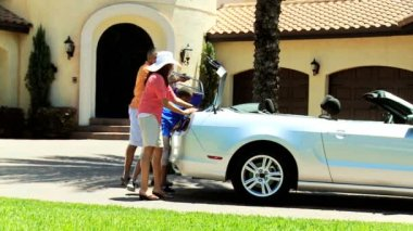 Family unpacking car after arriving — Vidéo