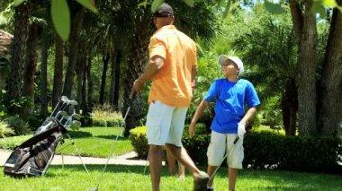 Rodiče a syna s golfové kluby — Stock video