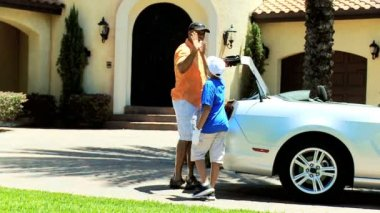 Father and son arriving home — Stockvideo
