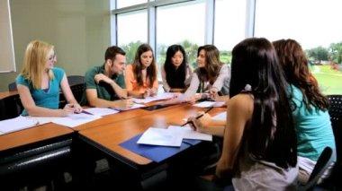 Uczniowie w klasie z nauczycielem — Wideo stockowe