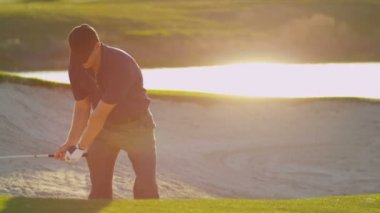Golfer climbing out sand bunker — Stock Video