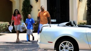 Parents and son packing cabriolet — Stock Video