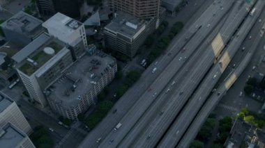 Aerial vertical rooftop view modern elevated city highway Seattle, USA — Vídeo Stock