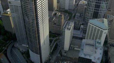 Cerca aérea hasta la azotea del rascacielos vista el centro de seattle — Vídeo de stock