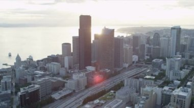 Aerial Skyscraper view of Columbia Center modern city Highways Seattle — Vídeo de stock