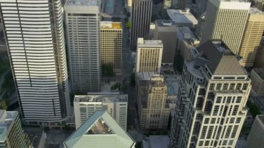 Aerial vertical rooftop view modern elevated city highway Seattle, USA — ストックビデオ