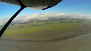 вид с воздуха реке талых вод болото пустыне пейзаж с легких самолетов, аляска, сша — Стоковое видео