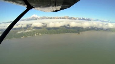Aerial cloud view of distant Mt Redoubt Volcano Alaskan Wilderness light aircraft, Alaska, USA — Stok video