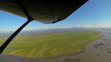 融水的沼泽地偏远的阿拉斯加荒野鸟瞰图,阿拉斯加,美国 — 图库视频影像
