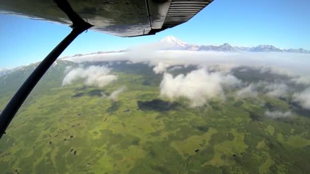 Vista aérea nube del desierto mt distante reducto cordillera aleutiana de Alaska, alaska, Estados Unidos — Vídeo de stock