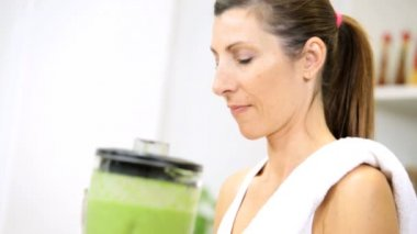 Female blending fresh organic vegetable juice — Stock Video