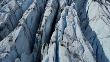 Aerial view ice glacier constantly moving under its own gravity forming crevasses and other distinguishing features, Arctic Region, Northern Hemisphere shot on RED EPIC — Vidéo