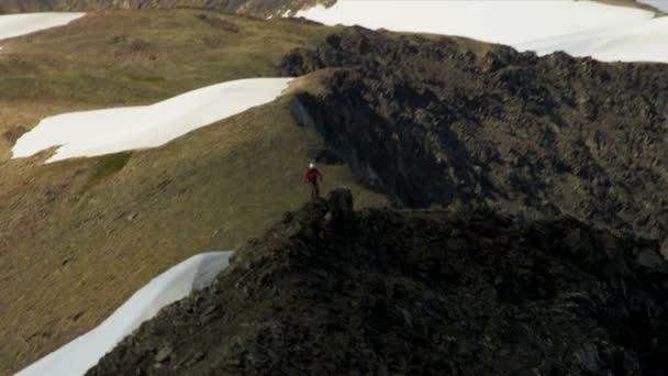 Grimpeur à la chaîne de montagne pic chugach — Vidéo