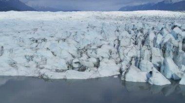 вид с воздуха лед ледник постоянно движется под действием собственной гравитации, арктический регион — Стоковое видео