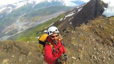 Peak Climber filming panorama mountain landscape — Stock Video