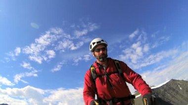 Mountain climber filming himself — Stock Video
