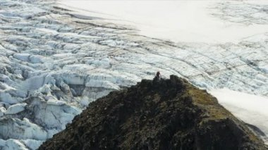 Climber at high Peaks Troublesome Glacier — Wideo stockowe