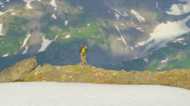 Climber at Troublesome Glacier Chugach Mountains — Stockvideo