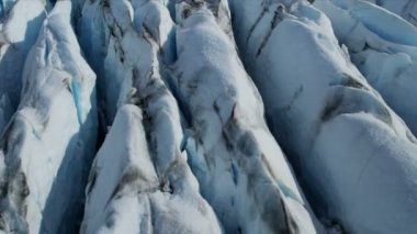 Aerial view ice glacier constantly moving under its own gravity forming crevasses and other distinguishing features, Arctic Region, Northern Hemisphere shot on RED EPIC — Vídeo de stock