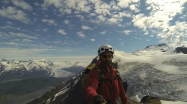 Mountain climber filming achievements — Stock Video