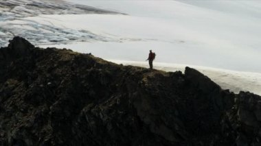 Escalador en remoto y salvaje, alaska — Vídeo de stock