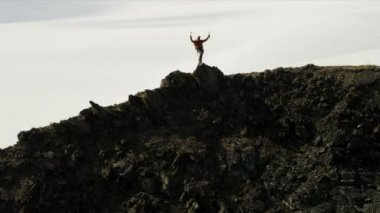 Climber ridge walking in Chugach Mountains — Stock Video