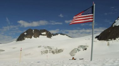 USA flag in Arctic Circle remote wilderness — Stok video