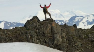 Climber at Mountain Peak Chugach Range — ストックビデオ