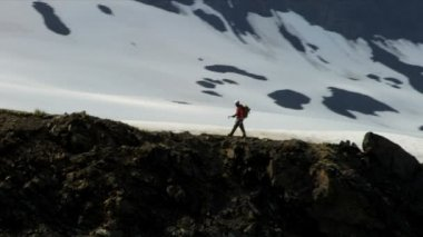 Climber ridge walking, Alaska — Stok video