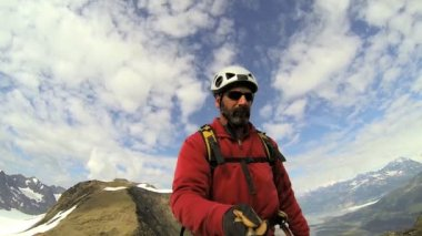 Climber filming while ridge trekking Chugach — Stock Video