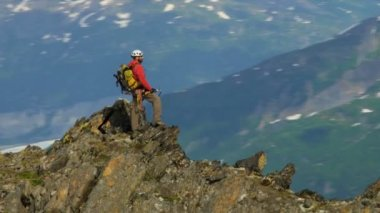 Climber at remote wilderness Mountain Peak — Stok video