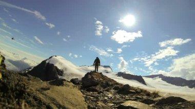 Helikopter en weergave van klimmer in de afgelegen wildernis berg, alaska, verenigde staten — Stockvideo