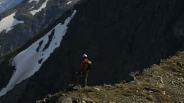 Climber at Mountain Peak Chugach Range — Wideo stockowe