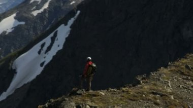 Climber at Mountain Peak Chugach Range — Vídeo Stock