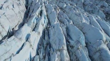Vista aérea del glaciar de hielo en constante movimiento bajo su propia gravedad grietas formando u otros elementos distintivos, región ártica, norte de tiro hemisferio en épica rojo — Vídeo de Stock