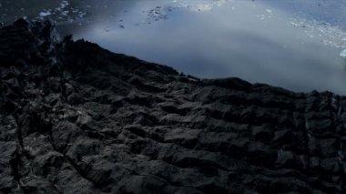 Flygfoto över moränen täckt isen glaciär och sprickor, Arktis — Stockvideo
