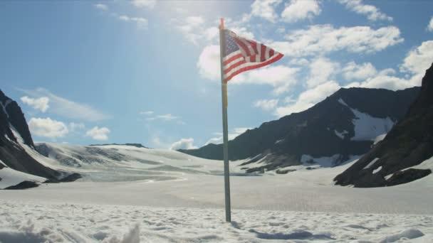 Bandera de los e.e.u.u. en el círculo polar ártico — Vídeo de stock