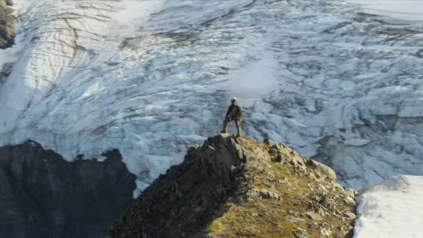 Trepador de la montaña en verano, alaska — Vídeo de stock