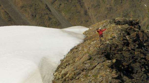 Escalador de alcanzar el éxito en las montañas chugach — Vídeo de stock