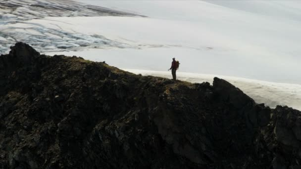 Grimpeur à sauvage éloignée, alaska — Vidéo