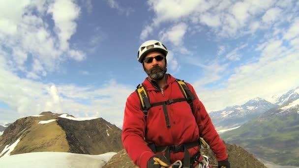 Escalador usando equipo caminando, alaska — Vídeo de stock