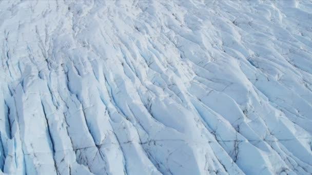 Vista aérea del glaciar de hielo en constante movimiento bajo su propia gravedad, región ártica — Vídeo de stock