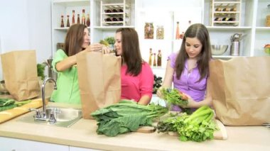 Caucasian mother and teenage daughters arriving home from market with large bags — Stockvideo