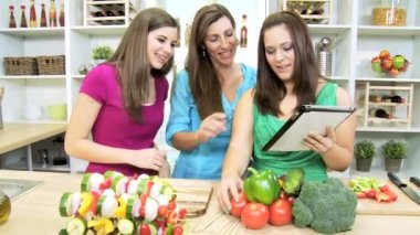 Teenage Caucasian girls with  mom at  home kitchen — Stock Video