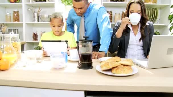 Familie in de keuken bereiden met tablet pc en laptop stockvideo spotmatik 49658095 - Keuken met teller ...