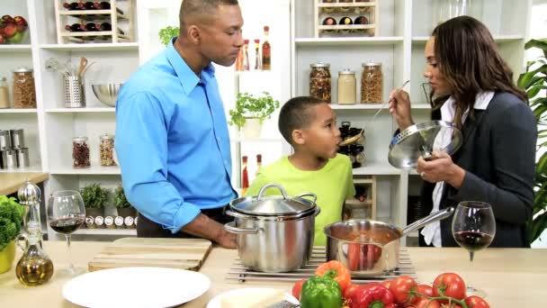 Family prepares soup on kitchen — Vidéo