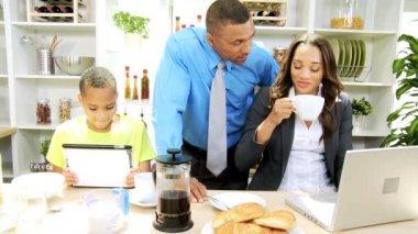 Famiglia nella preparazione di cucina con tablet e laptop — Video Stock