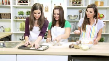 Teenege girls making homemade cookies — Vídeo de stock
