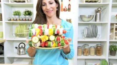Caucasian female displaying platter of colorful vegetables kebabs — Vídeo Stock