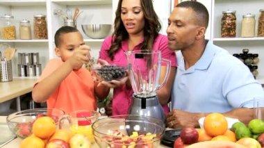 Family making juice on kitchen — Stock Video